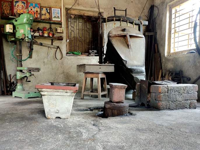 Canned iron also cooled due to readymade materials | रेडिमेड साहित्यामुळे लोहाराचा भाताही थंडावला