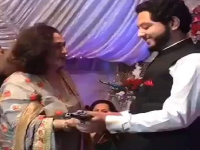 Video : Groom gets ak 47 in wedding gift video viral on social media | सासू भलतीच ढासू! पाकिस्तानी सासूने जावयाला लग्नात गिफ्ट दिली AK-47; पाहा व्हिडीओ