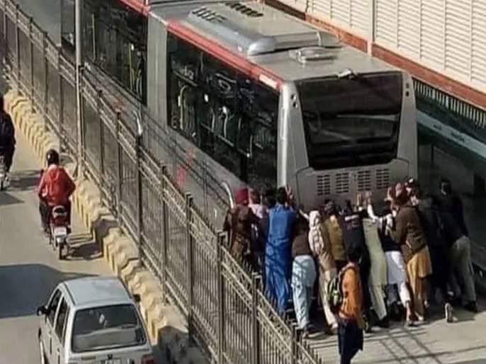 People push brt in peshawar jokes and memes take social media by storm see viral video | BRT बस खराब झाली अन् पाकिस्तानचे लोक धक्का मारायला गेले; भारतीयांनी उडवली खिल्ली, पाहा व्हिडीओ