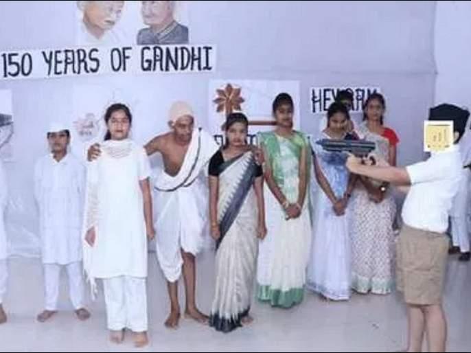 School Play Portrays nathuram Godse Firing Bullets at mahatma Gandhi in rss Uniform | शाळेच्या नाटकात गोडसे साकारणारा विद्यार्थी संघाच्या गणवेशात; फोटो व्हायरल
