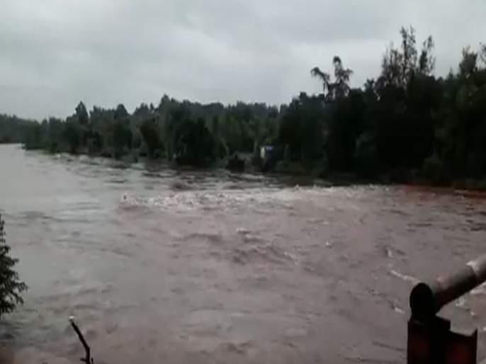 Mumbai-Goa highway closed traffic, Jagbudi river crosses danger level! | मुंबई- गोवा महामार्गावरील वाहतूक बंद, जगबुडीनं धोक्याची पातळी ओलांडली!