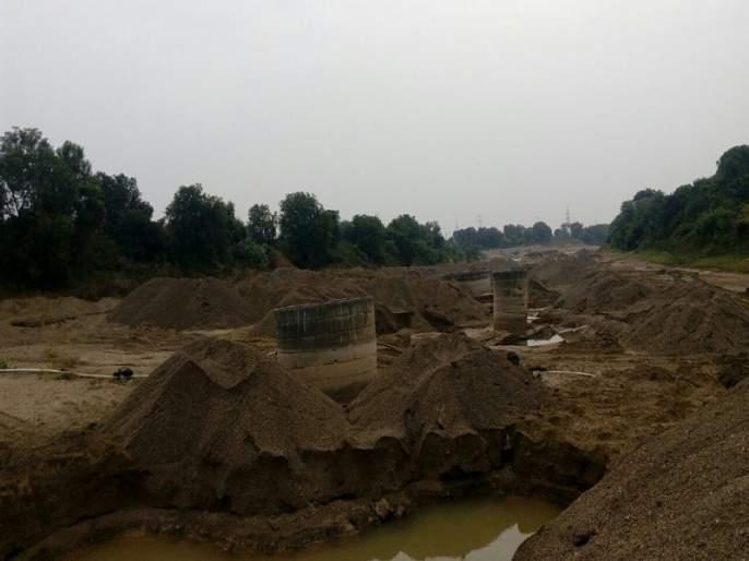 Proceedings of tahsildar on billions of crores of rupees stored in river basin at Bhokardan | भोकरदन येथे नदीपात्रात साठवलेल्या करोडो रुपयाच्या वाळूसाठ्यावर तहसीलदारांची कारवाई