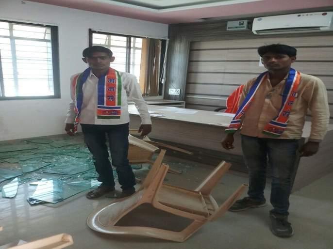 MNS workers disrupted Mantha block development office   मंठा गटविकास अधिकारी कार्यालयात मनसे कार्यकर्त्यांची तोडफोड