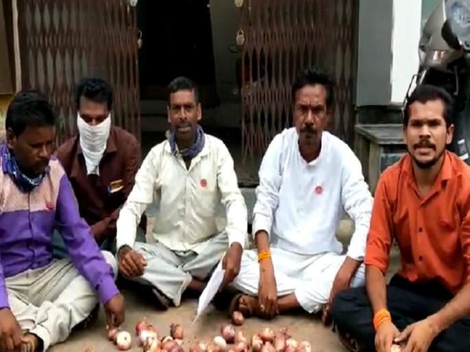 Swabhimani's 'Kande Feko' agitation at Jalana BJP office | 'स्वाभिमानी'चे भाजप कार्यालयावर 'कांदे फेको' आंदोलन
