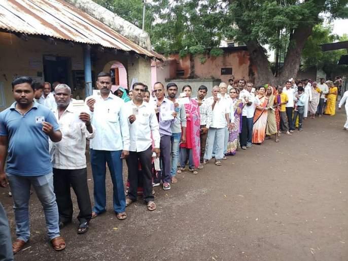 People come out to vote in jalgaon | महाराष्ट्र निवडणूक २०१९ : जळगावमध्ये भर पावसात नागरिकांचा मतदानासाठी उत्साह