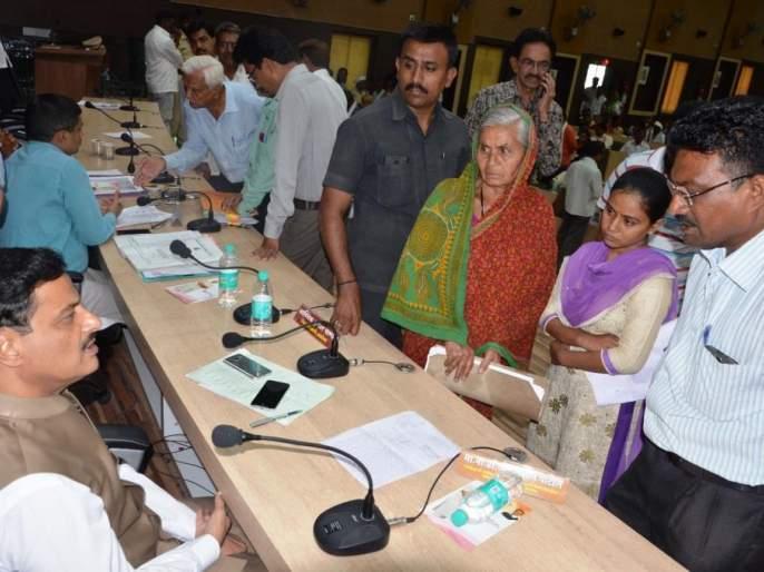 179 complaints in Guardian Minister's Janata Darbar   पालकमंत्र्यांच्या जनता दरबारात १७९ तक्रारी; निपटारा करण्याचे निर्देश
