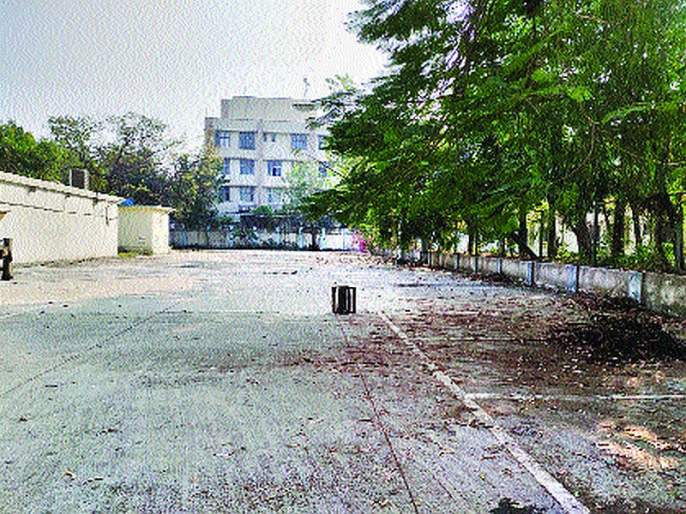 After a year and a half of building a parking lot, it remains closed in Chembur | चेंबूरवासी वाहनतळाच्या प्रतीक्षेत;वाहनतळ बांधून दीड वर्ष उलटूनही बंद अवस्थेत