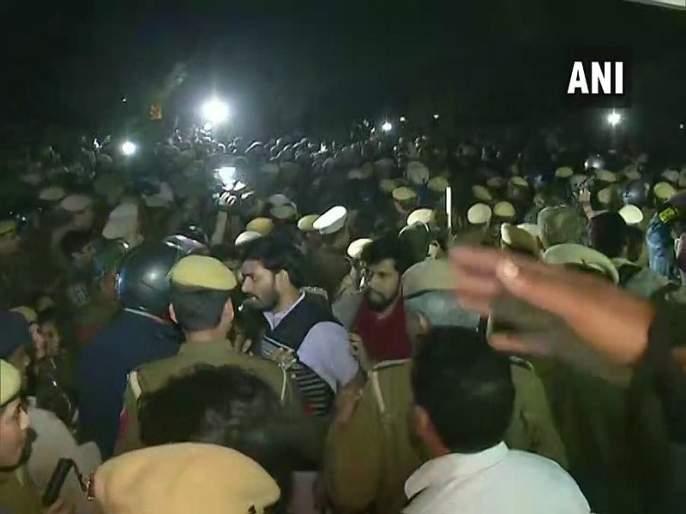 Police remove Jawaharlal Nehru University (JNU) students | जेएनयूच्या विद्यार्थ्यांना हटविण्यासाठी पोलिसांचा लाठीमार