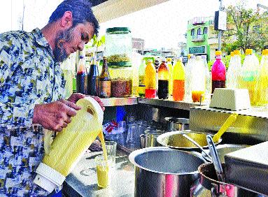 Solapur ki pahina six thousand liters mastani | सोलापूरकर रोज पितात सहा हजार लिटर मस्तानी