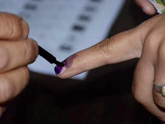 Maharashtra Election 2019: Rain caused mud at the polling booth, while some of the machines failed | पावसामुळे मतदान केंद्रात चिखल, तर काही मशीनमध्ये झाला बिघाड