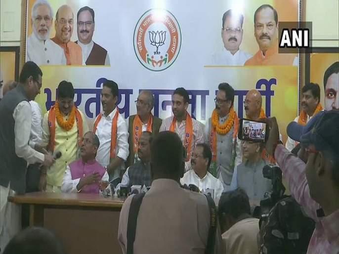 jharkhand 6 opposition mlas joins bjp in presence of cm raghubar das   झारखंडमध्ये विरोधी पक्षातील सहा आमदारांचा भाजपात प्रवेश