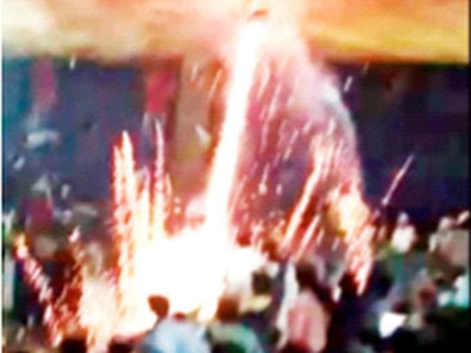 'Malegaon K Superman' setting off firecrackers for Shah Rukh Khan   शारुकसाठी थेटरात फटाके फोडणारे 'मालेगाव के सुपरमॅन'