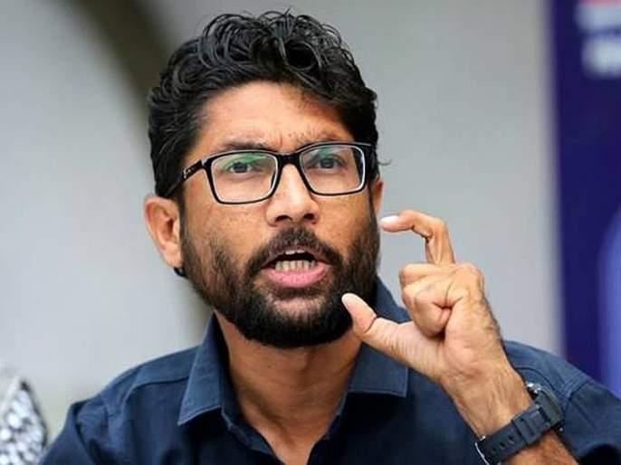 Jignesh Mewani burns copy of statue of unity bill, suspended from Gujarat assembly | Video : जिग्नेश मेवाणींनी विधेयकाची प्रत जाळली, गुजरात विधानसभेतून निलंबित