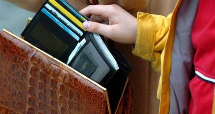 Judge's bag stolen from the train! | रेल्वेतून न्यायाधीशाची बॅग चोरीला!