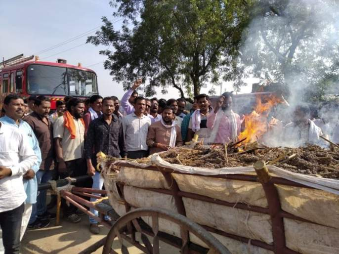 Agitation at Telhara Tehsil; Fury expressed by burning Shorghum | 'प्रहार'चे तेल्हारा तहसीलवर आंदोलन; कणसाची बैलगाडी पेटवून व्यक्त केला रोष