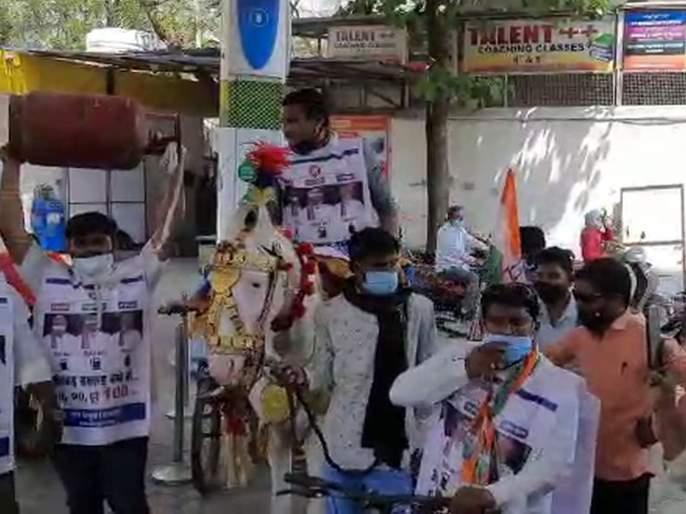 video! Youth congress worker came on petrol pump on a bicycle-horse in Amravati | अनोखा Video! पेट्रोल पंपावर सायकल-घोड्यावरून आले, LPG सिलिंडर पकडायला पैलवान
