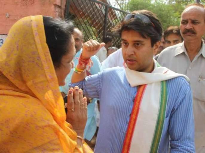 guna congress women worker start crying in front of jyotiraditya scindia in madhya pradesh | ज्योतिरादित्य सिंधियांनी सांगितलं पराभवाचं कारण अन् महिलेला रडूच कोसळलं