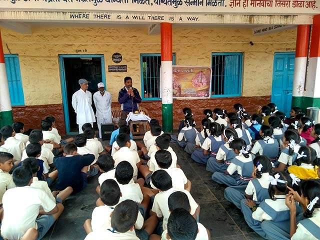 In the schools of Maharashtra, students are peon   मराठी शाळांमध्ये विद्यार्थीच चपराशी