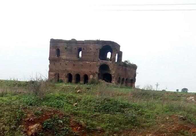 Digging in the area of the Kanchani Mahal in mehkar | कंचनी महालाच्या परिसरात खोदकाम
