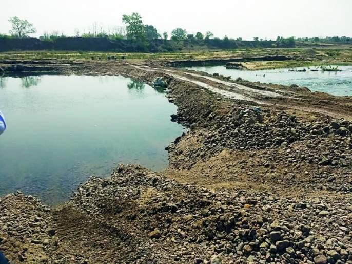 The flow of water through the Kanhan river is blocked | कन्हान नदीत रस्ता करून पाण्याचा प्रवाह रोखला