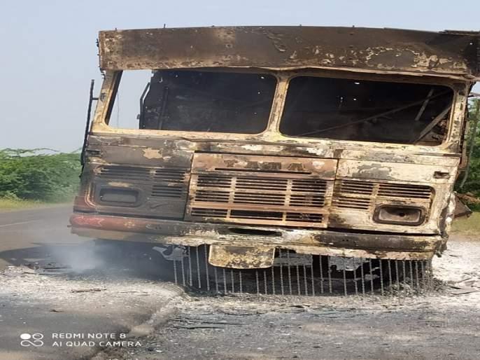 Thrill of 'The Burning Truck' on Nagar-Solapur route | नगर-सोलापूर मार्गावर 'द बर्निग ट्रक' चा थरार