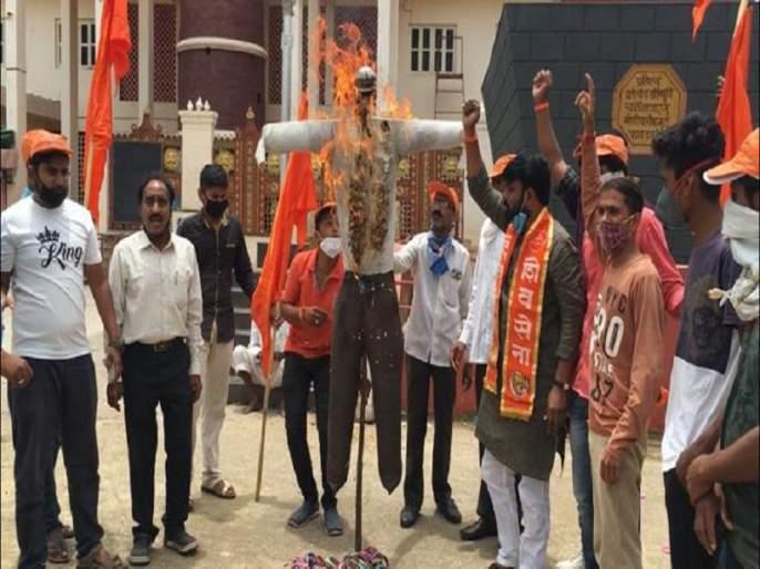 Removed the statue of Chhatrapati Shivaji Maharaj from Mangutti village; Burning of the symbolic statue of the Chief Minister of Karnataka in the residence .... | मनगुत्ती गावातील छत्रपती शिवाजी महाराजांचा पुतळा हटविला; कर्नाटकच्या मुख्यमंत्र्यांच्या प्रतिकात्मक पुतळ्याचे राहात्यात दहन....