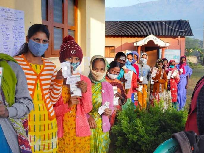 In Solapur district, the turnout increased in the afternoon; 70.10 per cent polling took place till 3.30 pm | सोलापूर जिल्ह्यात दुपारनंतर मतदानाचा टक्का वाढला; साडेतीनपर्यंत झाले ७०.१० टक्के मतदान