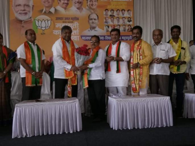 Lord Kate, District President of Swabhimani Farmers' Association, Sangeeta Khade of NCP in BJP | Maharashtra Election 2019 : स्वाभिमानी शेतकरीचे जिल्हाध्यक्ष भगवान काटे भाजपमध्ये