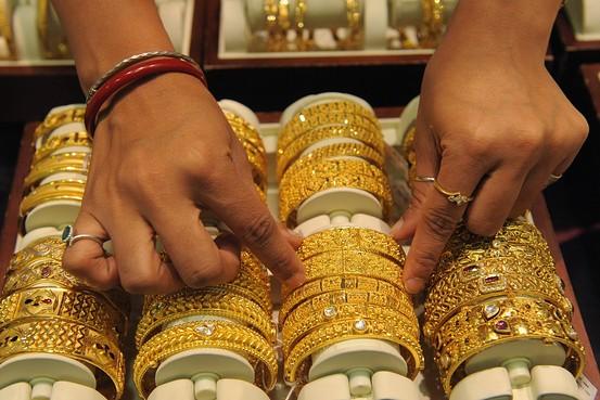 Gold Price: Over past five days gold price fall today, Find out today's rates | Gold Price: अखेर, पाच दिवसांच्या उसळीनंतर सोनं झालं स्वस्त; जाणून घ्या आजचा दर