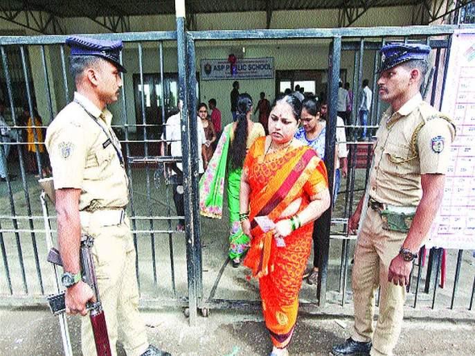 Maharashtra Election 2019: Policing around polling booths | मतदान केंद्राभोवती पोलिसांचा चोख बंदोबस्त