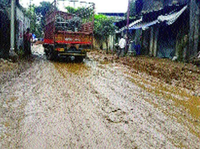 Mud empire on the dirt roads in bhiwandi | भिवंडीत रस्त्यांवर चिखलाचे साम्राज्य