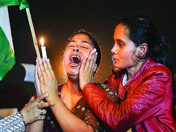 Delhiites outbreak after victim's death; Thousands of citizens on the street | पीडितेच्या मृत्यूनंतर दिल्लीकरांचा उद्रेक; हजारो नागरिक रस्त्यावर