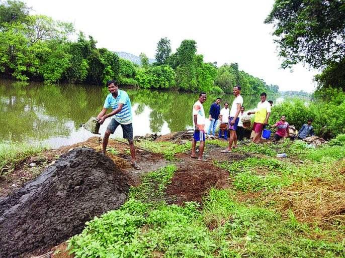 Villagers removed silt from Jackwell | जॅकवेलमधून ग्रामस्थांनी काढला गाळ