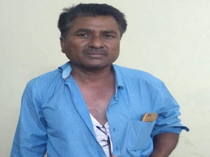 Talathi trying to beaten Parbhani District Collector at Midnight | परभणीत जिल्हाधिकाऱ्यांच्या अंगावर धावून गेला तलाठी