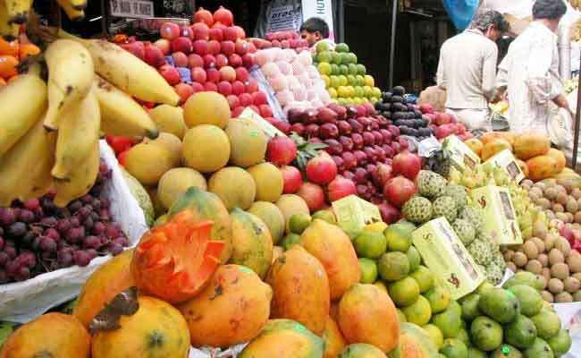 Mumbai's Bobby, Kundan in Marathwada and Sarang melon prices in the south | मुंबईचा बॉबी, मराठवड्यातला कुंदनअन् दक्षिणचा सारंग खरबूज भाव खातोय