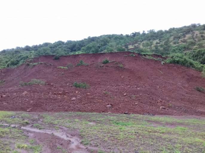 Landslide in Kharepatan Sambhajinagar, damage to cashew orchard | खारेपाटण संभाजीनगरमध्ये भूस्खलन, काजूबागेचे नुकसान
