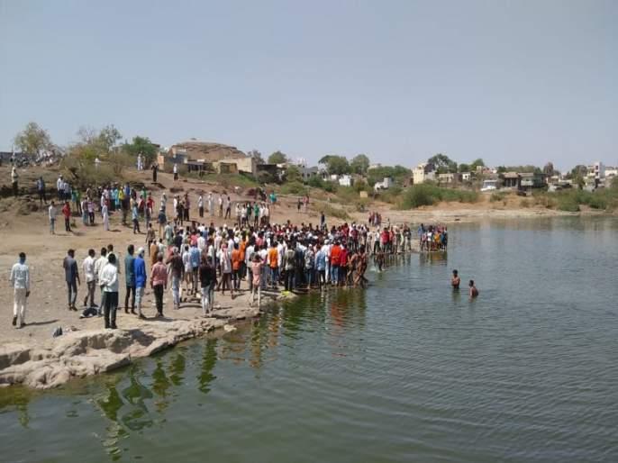 Two laborers die after drowning in a lake in Khulatabad | खुलताबादच्या तलावात बुडून दोन मजूर युवकाचा मृत्यू