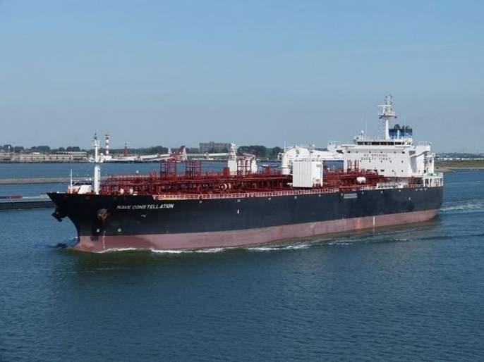 18 Indians onboard Hong Kong vessel hijacked near Nigerian coast by pirates | नायजेरियाजवळ समुद्री चाच्यांकडून जहाजाचं अपहरण; 18 भारतीयांचा समावेश