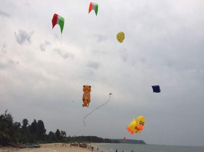 The launch of the Kite Festival on the beach in Ubhanda   उभादांडा येथील बीचवर पतंग महोत्सवाचा शुभारंभ