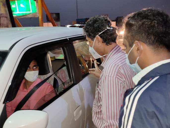 The administration is keeping a close eye on those entering Karnataka; Prantadhikari Yukesh Kumar's visit to Kognoli check post   कोगनोळी तपासणी नाक्यात कर्नाटकात प्रवेश करणाऱ्यांवर प्रशासनाची करडी नजर
