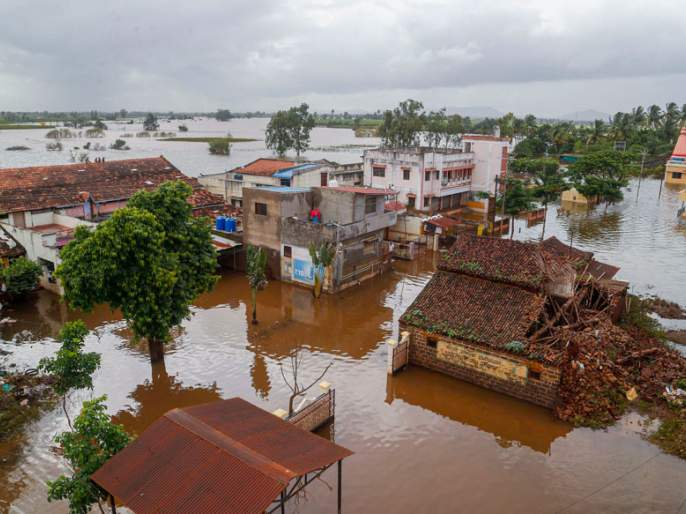 BJP-ShivSena government's announcement of help to the people affected by the floods was a breeze; Sambhaji Raje displeasure   तत्कालीन सरकारने महापूरग्रस्तांना केलेली मदतीची घोषणा हवेतच विरली; संभाजीराजेंची नाराजी