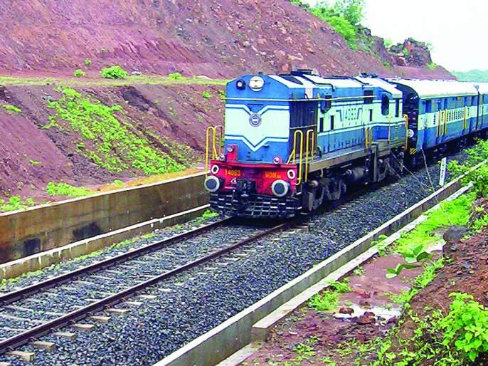Traffic disruption on Konkan Railway | कोकण रेल्वे मार्गावरील वाहतूक खोळंबली, नागोठणे-रोहा दरम्यान ट्रॅकवर दरड