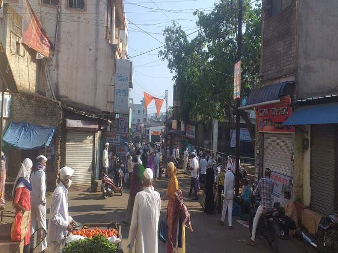 Lockdown at Kotol City at twelve o'clock; The crowd of one and a half thousand people in the market | कोतूळ शहरात लॉकडाऊनचे वाजले बारा;बाजारात दीड हजार लोकांची गर्दी