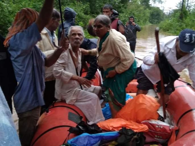 Revenue Department starts distributing aid to flood victims; 5,000 in cash and 10 thousand in bank for Kolhapur, Satara, Sangli flood | Maharashtra Flood: महसूल विभागाकडून पूरग्रस्तांना मदतीचं वाटप सुरु; 5 हजार रोख तर 10 हजार बँकेत जमा होणार