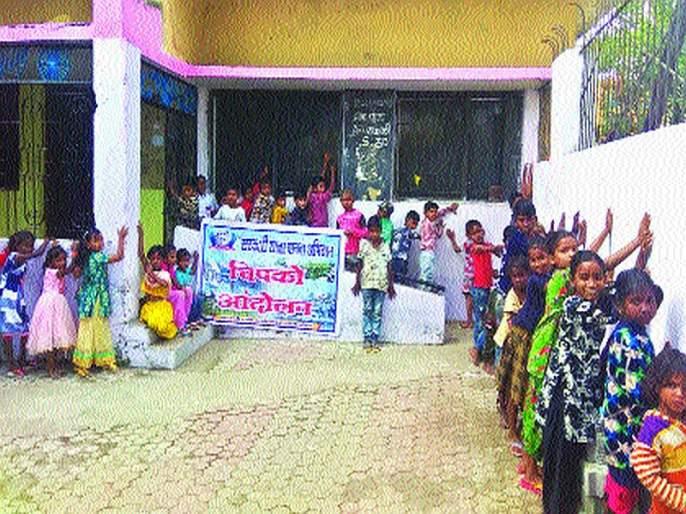 Chipko agitation in Nagpur to save Marathi school | मराठी शाळा वाचविण्यासाठी नागपुरात 'चिपको आंदोलन'