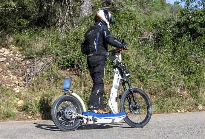 Wonder... a non-seat KTM scooter; Stand up and run ... | आश्चर्य...KTM ची सीट नसलेली स्कूटर; उभे राहून चालवायची...