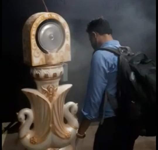 Perfume spraying machine is now spraying sanitizer | लग्नामध्ये अत्तराचा फवारा करणारी मशीन आता करतेय सॅनिटायझर फवारणी