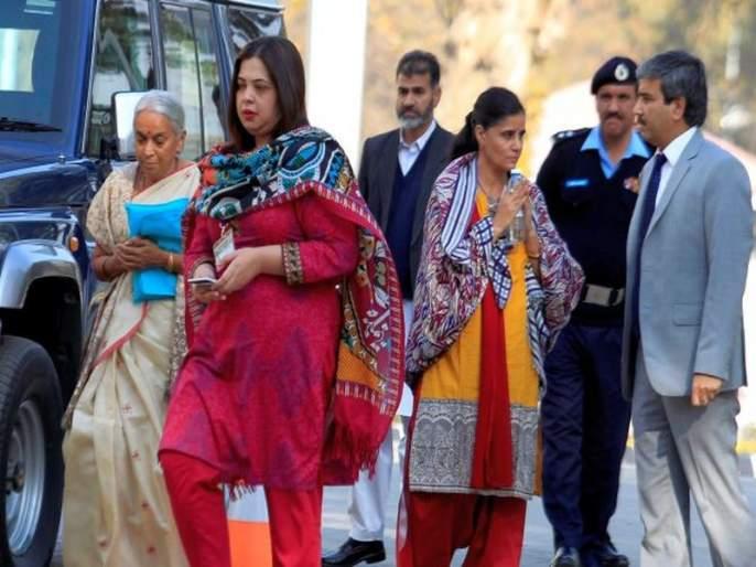 Suspicious thing was found in the shoes of Kulbhushan Jadhav's wife, Pakistan claimed | कुलभूषण जाधव यांच्या पत्नीच्या शूजमध्ये संशयास्पद गोष्ट आढळली, पाकिस्तानचा दावा