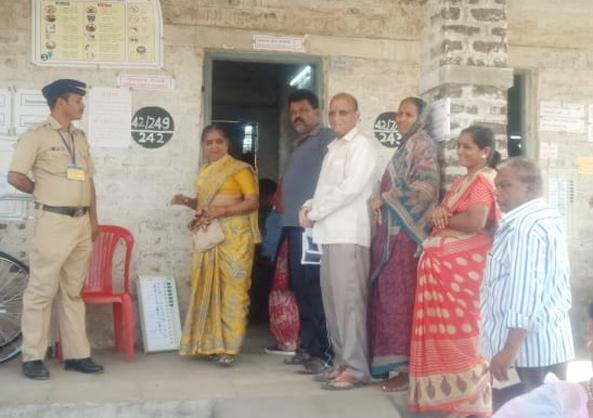 See Solapur, no facility polling center | पहा सोलापुरात आहे कोणतीही सुविधा नसलेले मतदान केंद्र