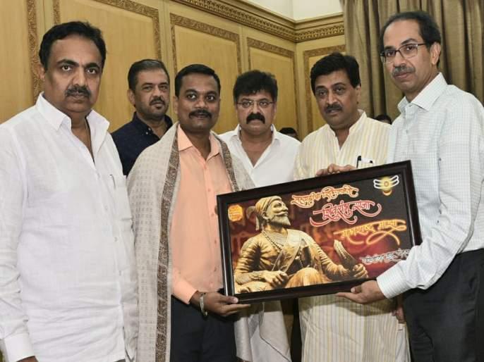 The Chief Minister Uddhav Thackeray felicitated the 'brave' Kunal Jadhav who saved Tiranga from fire   जीवाची बाजी लावूनतिरंगा वाचवणाऱ्या 'त्या' बहाद्दराचामुख्यमंत्र्यांनीकेला सत्कार
